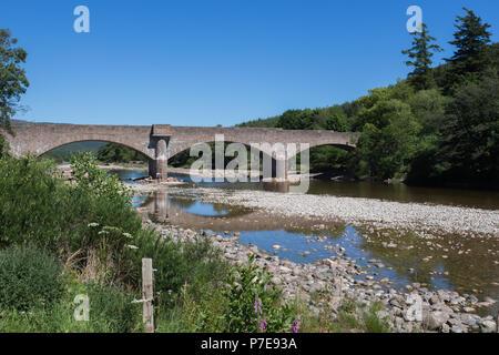 Royal Bridge, Ballater, Scotland, UK. Four span bridge across the River Dee, built of pink granite by engineers Jenkins and Marr. - Stock Image