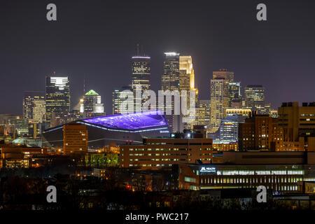 Minneapolis, Minnesota skyline with USBank stadium illuminated with a purple roof. - Stock Image