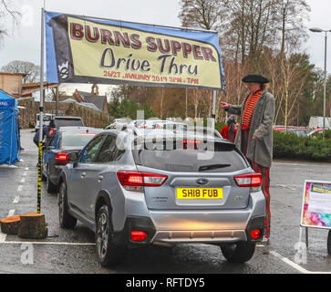Alloway, Ayrshire, Scotland. 26th January, 2019. To celebrate the 260th birthday of ROBERT BURNS, Scotland's National Bard, the National Trust for Scotland at the Burns Museum in Alloway, Ayrshire situated near to the Bard's birthplace, held what is considered to be the world's first 'Burns Supper DriveThru'. While others across the world sat down to a traditional Burn's supper of 'haggis, neeps and tatties' accompanied by poetry and whisky, visitors to the museum were entertained by jugglers and magicians while queuing for theirs in take-away boxes. Credit: Findlay/Alamy Live News - Stock Image