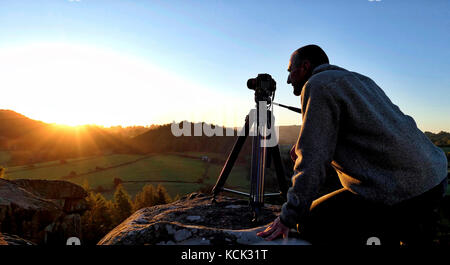 Elton, Derbyshire, UK. 6th Oct, 2017. UK Weather: photographer Doug Blane shooting the wonderful sunrise from the - Stock Image