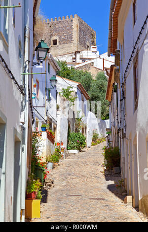 Keep tower of the medieval Castelo de Vide Castle seen from the Judiaria aka Medieval Jewish Quarter or Ghetto. Castelo de Vide, Alentejo, Portugal - Stock Image