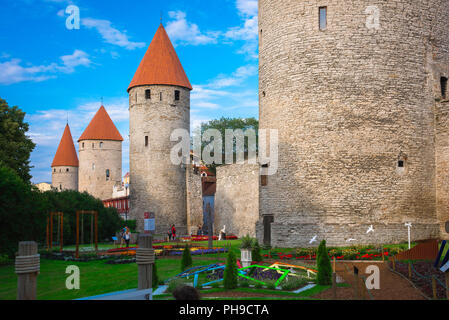 Tallinn wall, view across the city park and gardens towards the Lower Town Wall linking a series of medieval towers in the centre of Tallinn, Estonia. - Stock Image