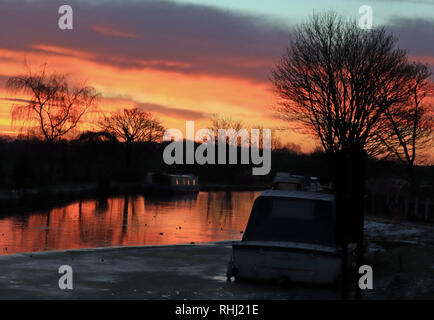Lancashire, UK. 3rd February 2019. The sun is rising over the frozen Leeds and Liverpool Canal over the Slipway pub near Burscough. Cw 6589 Colin Wareing /Alamy Live news. - Stock Image