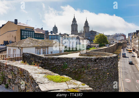 The Roman walls, with the cathedral of Santa Maria in the background, Lugo, Lugo Province, Galicia, Spain.  The Roman walls of Lugo are a UNESCO World - Stock Image
