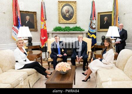 U.S President Donald Trump poses with Polish President Andrzej Duda as First Lady Melania Trump, right, and Agata Kornhauser-Duda, left, look on during a bilateral meeting in the Oval Office of the White House September 18, 2018 in Washington, DC. - Stock Image