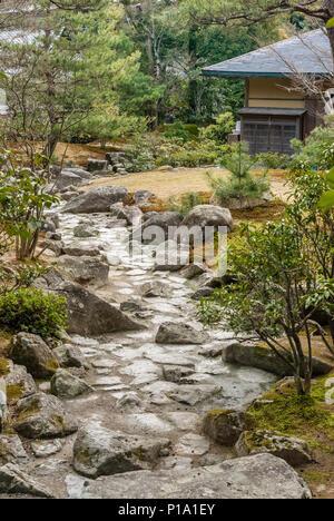 Garden path at the Rokuon-ji Temple Garden in Kyoto, Japan | Gartenweg im Rokuon-ji Temple Garten in Kyoto, Japan - Stock Image