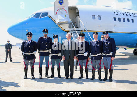 U.S. Secretary of State Rex Tillerson poses for a photo with members of the Italian Air Force at Pisa Military Airport - Stock Image