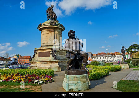 Stratford upon Avon and the Gower Memorial statue to William Shakespeare in Bancroft Gardens, with the statue of Falstaff at the front. - Stock Image
