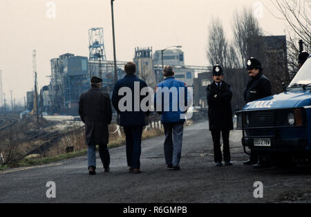 Kiveton Park Colliery, South Yourshire, England. During the Miners strike of 1984 and 1985 Photographs show Miners returning to work crossing picket lines set up by striking miners of the NUM. Kiveton Park Colliery was a coal mine in the village of Kiveton Park, near Rotherham, South Yorkshire, England. In 1928 an amalgamation took place between Kiveton Park and Sherwood Collieries and in 1944 they were taken over by the United Steel Companies. The mining industry was nationalised in 1947.  The Barnsley seam was worked out in 1970, after just over 100 years of providing coal from its reserves. - Stock Image