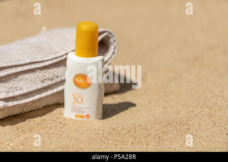 Bournemouth, UK. 26th June 2018. UK Weather, a heatwave in June. Sandy beach in Bournemouth with SPF 30 sun cream at the ready. Credit: Thomas Faull / Alamy Live News - Stock Image