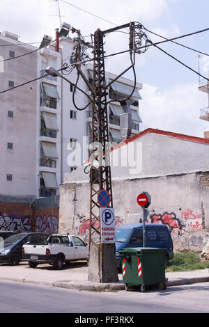 A makeshift looking electricity pylon and cables in the city of Larissa, Greece - Stock Image