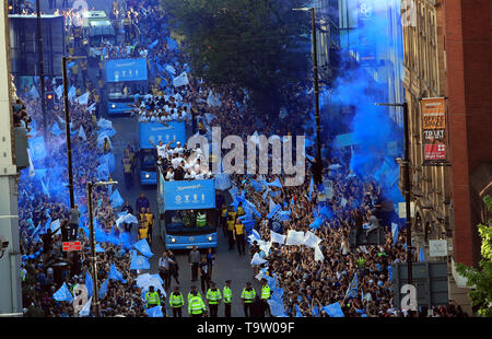 The players and staff on the buses pass the crowds of fans during the trophy parade in Manchester. - Stock Image