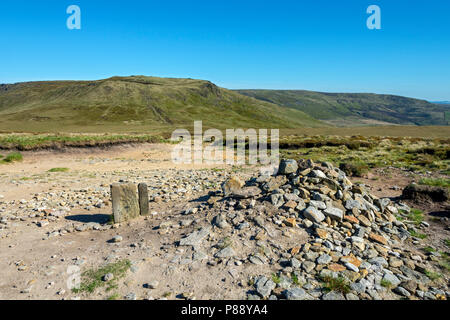 The Kinder Scout plateau from Mill Hill on the Pennine Way, above Glossop, Peak District, Derbyshire, England, UK. - Stock Image