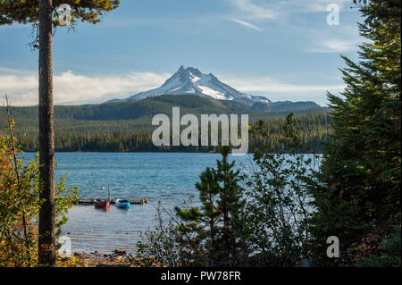 Oregon's Mt. Jefferson rises majestically above Olallie Lake in the Mt. Hood National Forest - Stock Image
