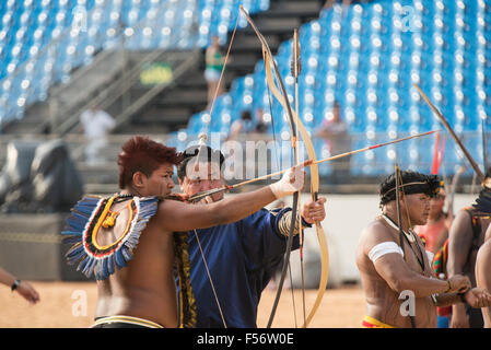 Palmas, Brtazil. 28th Oct, 2015. A Brazilian and a Mongolian archer shoot during practice at the International Indigenous - Stock Image