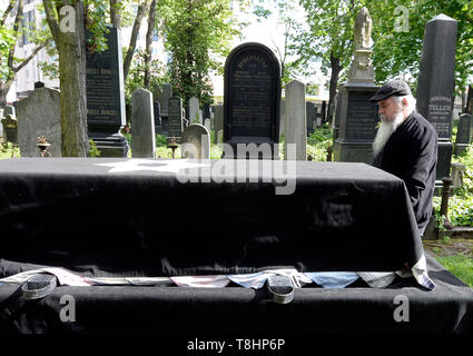 Prague, Czech Republic. 13th May, 2019. The chairman of the Prague Jewish Community and long-standing director of the Terezin (Theresienstadt) Memorial, Jan Munk, died at the age of 72 after a long disease. The funeral of Jan Munk at the New Jewish Cemetery in Prague, Czech Republic, May 13, 2019. Credit: Katerina Sulova/CTK Photo/Alamy Live News - Stock Image
