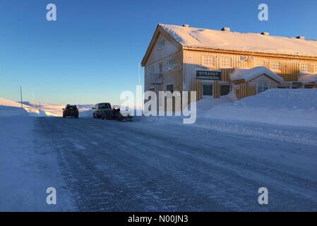 Rv7 100, Vøringsfoss, Norway. 06th Jan, 2018. Sun going down on Dyranut mountain lodge, on road 7 crossing - Stock Image