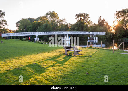 Pangbourne bridge over the River Thames at Pangbourne, Berkshire, England, GB, UK - Stock Image
