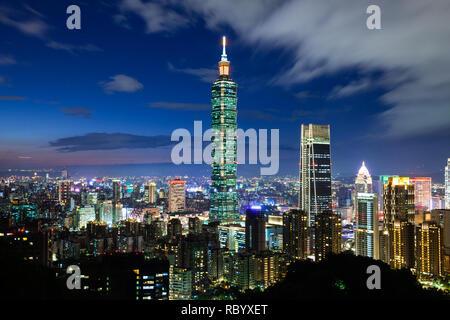 Beautiful dusk view of Taipei skyline, Taipei, Taiwan - Stock Image