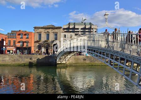 The Ha'penny Bridge, River Liffey, Temple Bar area, Dublin, Ireland 180621_68457 - Stock Image