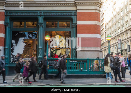 New York, NY, USA 14 February, 2018 - Rush Hour on Prince Street in Soho CREDIT ©Stacy Walsh Rosenstock/Alamy - Stock Image
