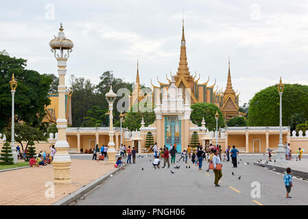 Main gates to the Royal Palace complex in Phnom Penh, Cambodia. The gilt spires of the Throne Hall building can be seen. - Stock Image
