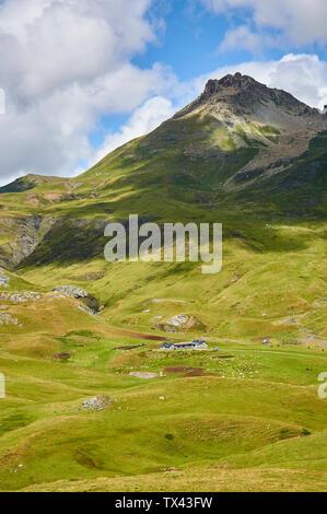 Livestock in high mountain pastures and cottages in Cirque d'Anéou with Col de Peyreget peak (Col du Pourtalet, Portalet, Laruns, Pyrenees, France) - Stock Image