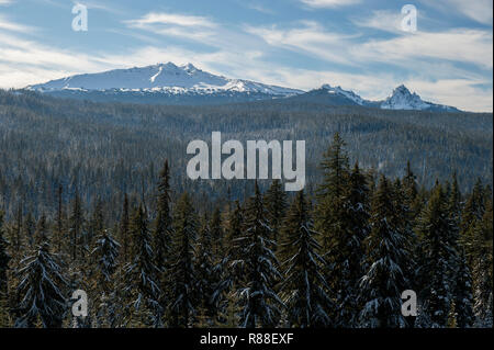 Fresh snow on Diamond Peak (L) and Mt. Yoran (R) in the southern Oregon Cascades.  View from State Highway 58. - Stock Image