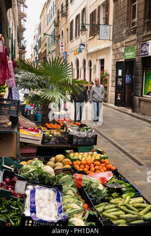 Gibraltar, Irish Town, fruit and vegetable shop in narrow old lane - Stock Image