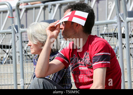 London, UK. 20th Apr, 2019. People out and about on a hot and sunny day in the capital. According to the Met Office temperatures could reach up to 27C during the Easter Weekend. Credit: Dinendra Haria/Alamy Live News - Stock Image