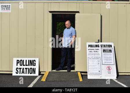 An election official waits for voters at a polling station housed in a temporary cabin on a council car park in Sydney Road, Cradley Heath, West Midlands, as voters head to the polls for the European Parliament election. - Stock Image