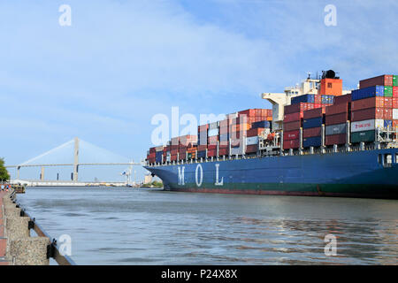 Savannah, Georgia. The MOL Benefactor ship leaving the Port of Savannah under the Talmadge Memorial bridge. - Stock Image