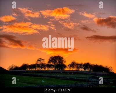 Harborough Rocks, Peak District, UK. 28th Oct, 2018. Weather UK: Firey Sunset over Minninglow hill Historic England monument with a chambered tomb & two bowl barrows Peak District National Park, UK Credit: Doug Blane/Alamy Live News - Stock Image