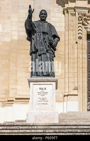 MALTE Victoria Gozo Pope Pius IX statue, cathedral church of the Assumption in citadel castle Il-Kastell - Stock Image
