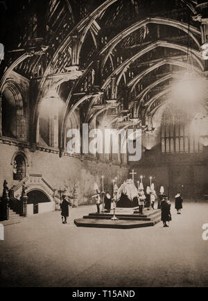 King George V, who died Monday 20th January 1936 in Sandringham, lies in state in Westminster Hall on the catafalque  guarded, around the clock, by detachments, each of four soldiers, standing at each corner with heads bowed and weapons inverted; their backs are turned towards the coffin. - Stock Image