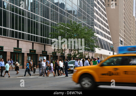 Crowd crossing street, New York City, USA - Stock Image