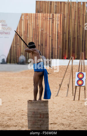 Palmas, Brtazil. 28th Oct, 2015. A Phillippino archer demonstrates his technique during the International Indigenous - Stock Image
