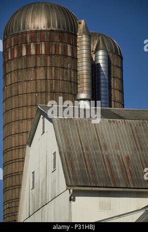 barn and silo at an Amish farm in Lancaster County, Pennsylvania, USA - Stock Image