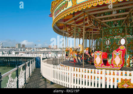 Farbenfrohes Karussel an der Brighton Pier, East Sussex, England | Colourful Carousel at Brighton Pier, East Sussex, South England, UK - Stock Image