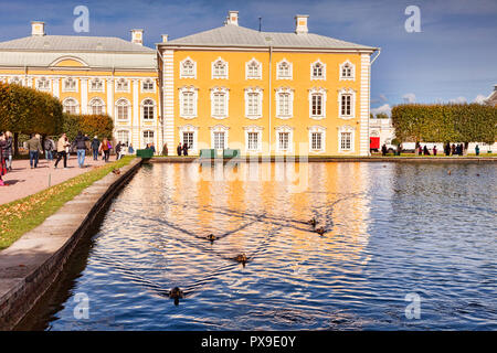 18 September 2018: St Petersburg, Russia - Tourists enjoy the sunshine in Peterhof Palace Gardens on a bright autumn day. - Stock Image