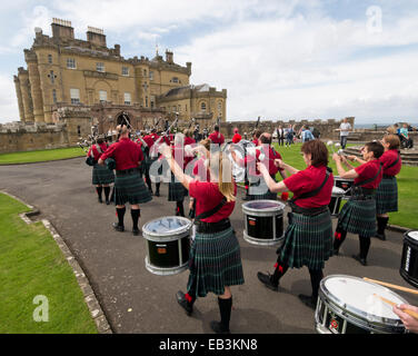 A traditional Scottish band outside Culzean Castle, South Ayrshire, Scotland - Stock Image