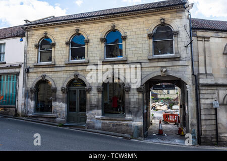 A view of 24 Silver street Bradford on Avon with its keystones carved faces of greek mythology - Stock Image