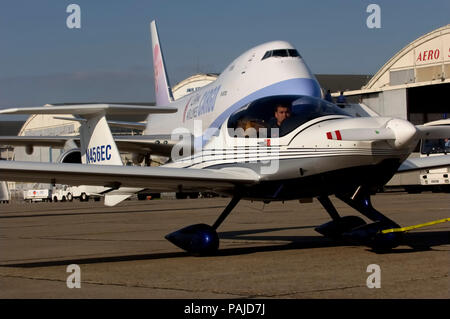 DA-20 being towed with Boeing 747-409F behind at the 2005 Paris AirShow, Salon-du-Bourget - Stock Image