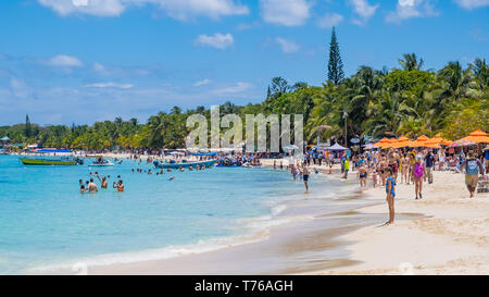 People enjoying the beach at West Bay in Roatan Honduras on a sunny April day. - Stock Image