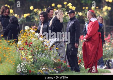 Der österreichische Schauspieler Christoph Waltz (r) in der Rolles des Cardinal Richelieu, der US-amerikanische - Stock Image