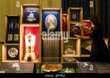 *** EMBARGOED to 00:01 BST, FRIDAY, 21 JULY 2017 *** This summer, visitors to the State Rooms at Buckingham Palace - Stock Image
