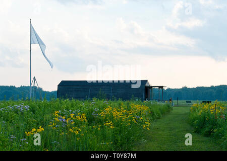 Reproduction of the Wright Brothers' 1905 hangar stands among wildflowers at the Huffman Prairie Flying Field, Dayton, Ohio, where the Wrights develop - Stock Image