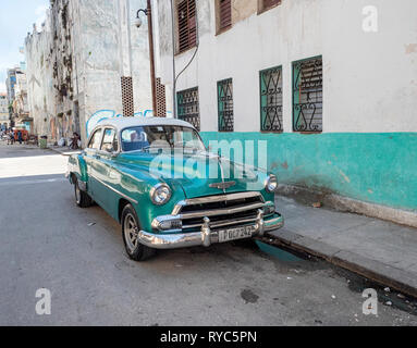 Old American car in the centre of Havana, capital of Cuba - Stock Image
