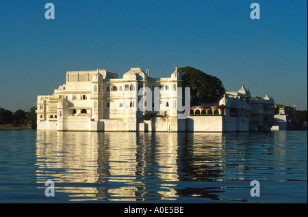 Lake Palace Hotel on Lake Pichola, Udaipur, Rajasthan, India at Sunset - Stock Image