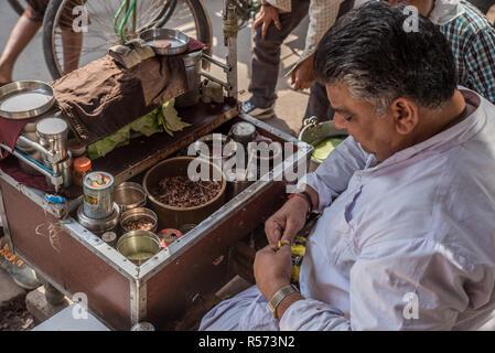 A small stall preparing street food, Old Delhi, India - Stock Image